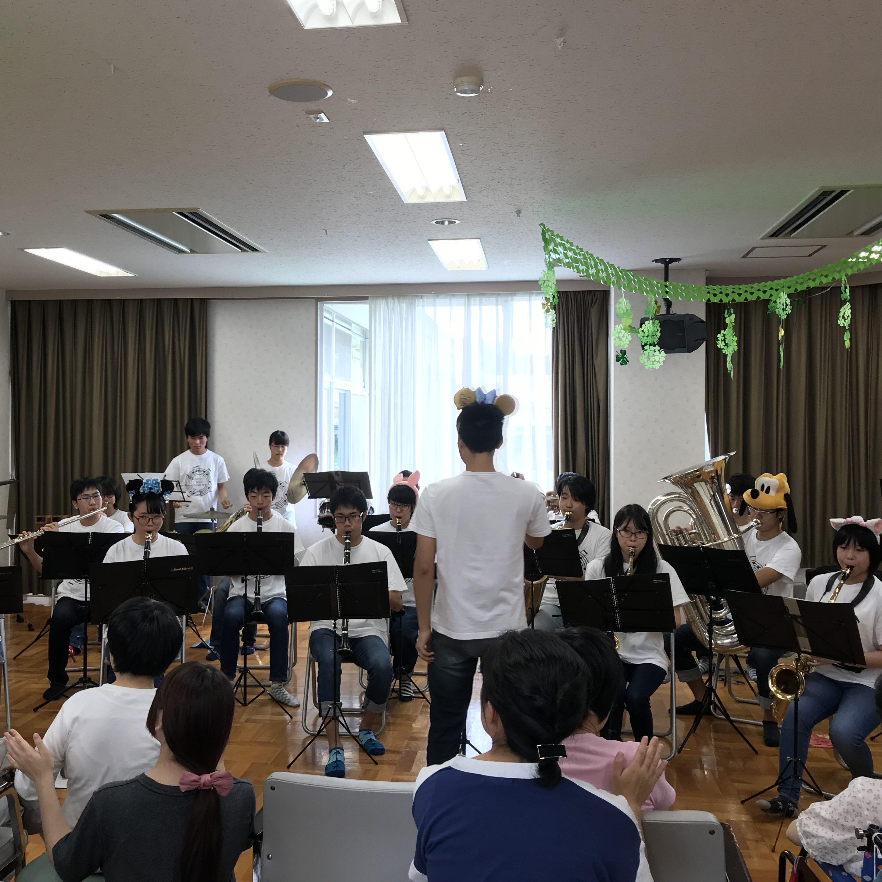 吹奏楽部が障がい者総合支援センター暖を訪問